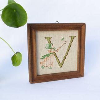 Vintage borduurwerk letter V